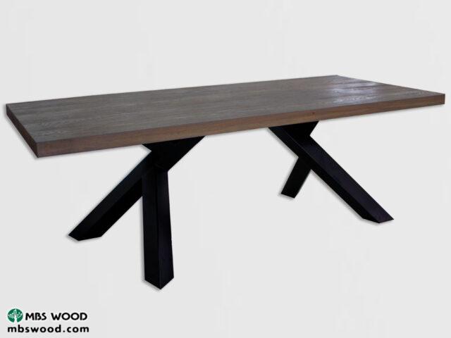 teruggewonnen houten en metalen eettafel