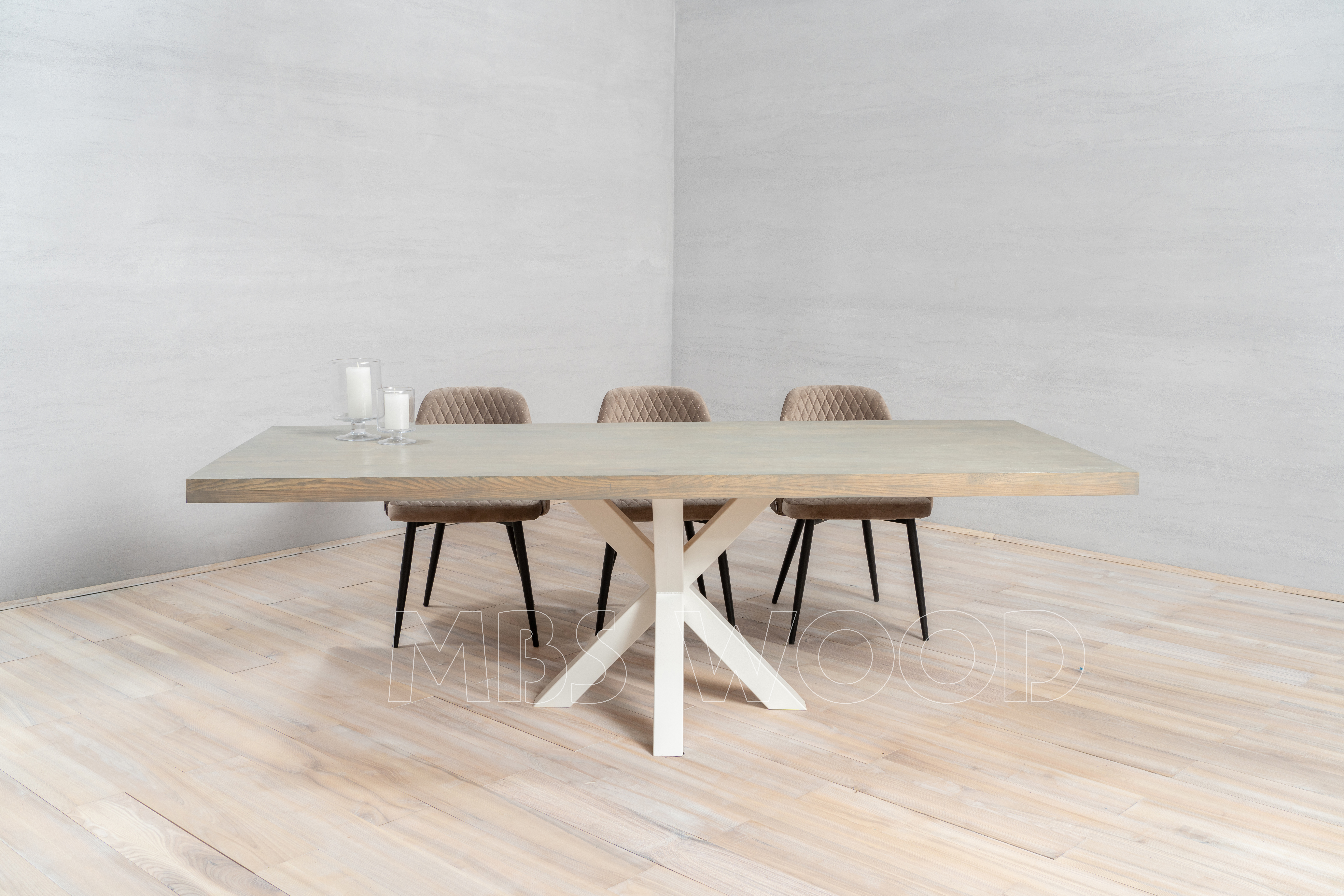 Grote eiken tafel met metalen poten in spinwitte kleur